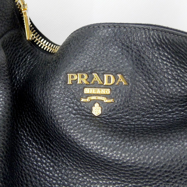 Sac à bandoulière Prada Authentique d'occasion en cuir grainé noir et bijouterie dorée