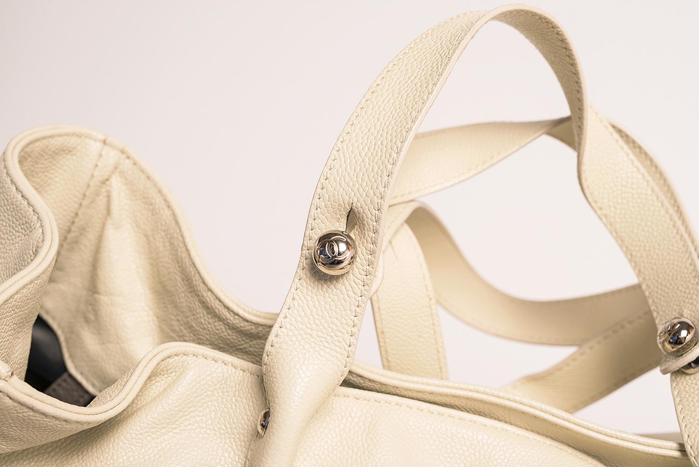 Sac Chanel Cabas Pocket in the city mademoiselle Authentique d'occasion en cuir grainé couleur blanc cassé