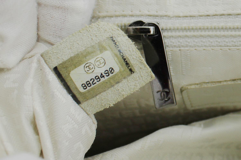 Sac à main Chanel Cabas Petit Shopping Authentique d'occasion en cuir vieilli matelassé couleur coquelicot et bijouterie argentée