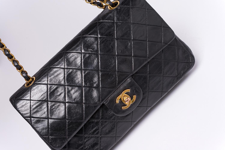 Sac à main Chanel Timeless Classique Authentique d'occasion en cuir matelassé noir et bijouterie dorée