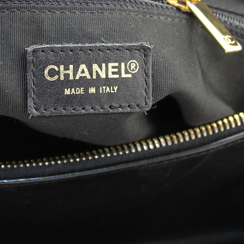 Sac à main Chanel Polochon de la Collection Choco Bar Authentique d'occasion en cuir noir et bijouterie dorée